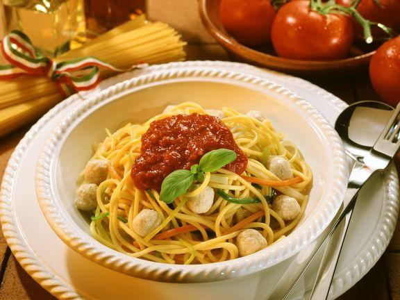 Nudeln mit Fleischklößchen und Tomatensauce