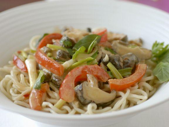 Nudeln mit Gemüse auf thailändische Art