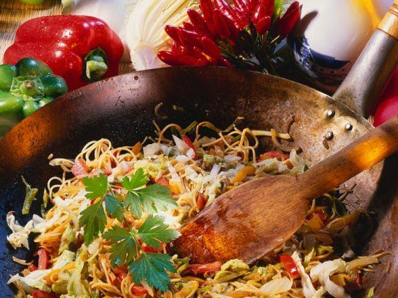 Nudeln mit Gemüse aus dem Wok