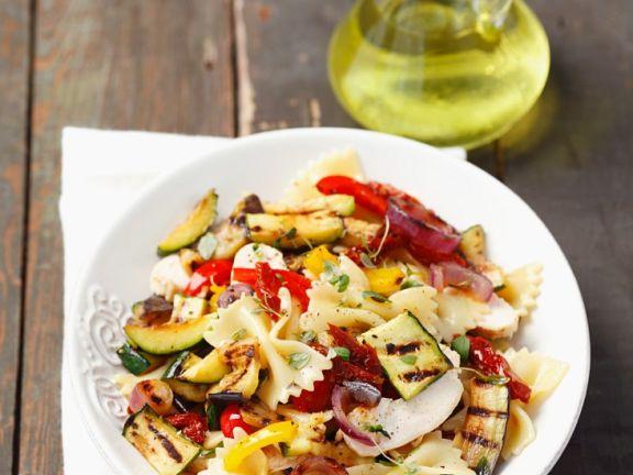 Nudeln mit Gemüse und Mozzarella