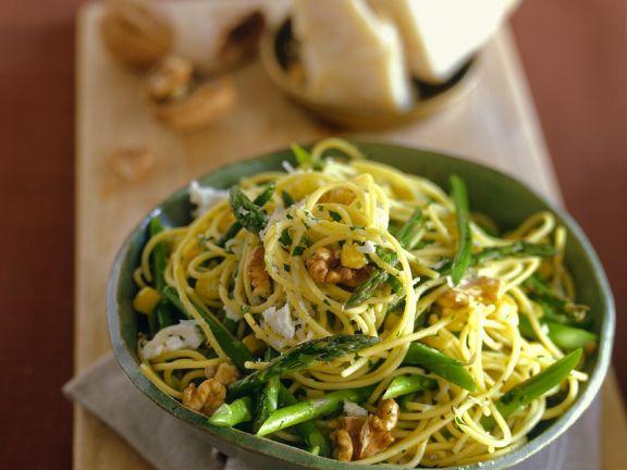 Nudeln mit Gemüse und Nüssen