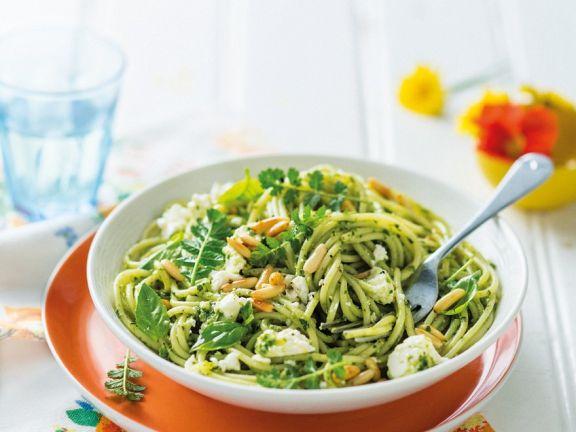 Nudeln mit grünem Pesto und Schafskäse