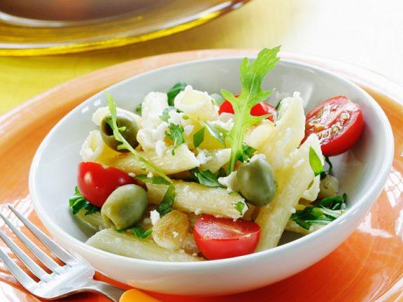 Nudeln mit Käse, Tomaten und Rucola
