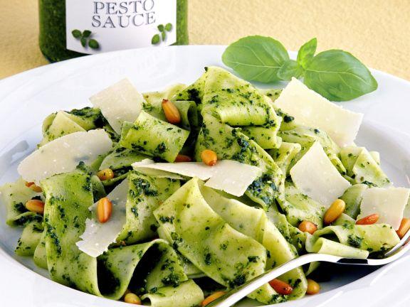 Nudeln mit Pesto, Parmesan und Pinienkernen