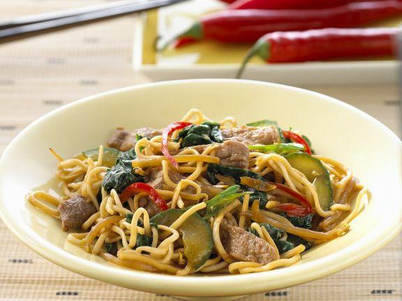 Nudeln mit Rindfleisch und Gemüse aus dem Wok