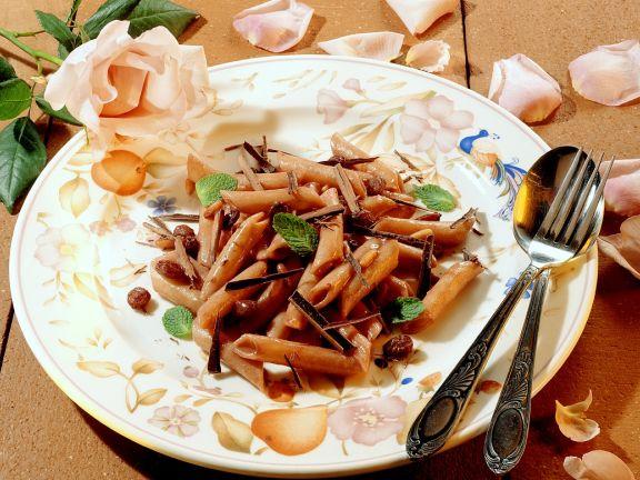 Nudeln mit Schokoladensauce, Rosinen und Pfefferminze