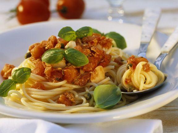 Nudeln mit Thunfisch und Tomaten