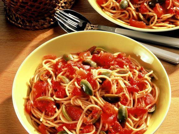 Nudeln mit Tomaten-Olivensauce