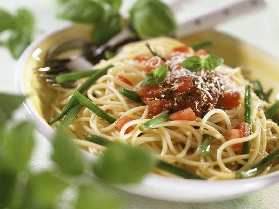 Nudeln mit Tomaten und Bohnen
