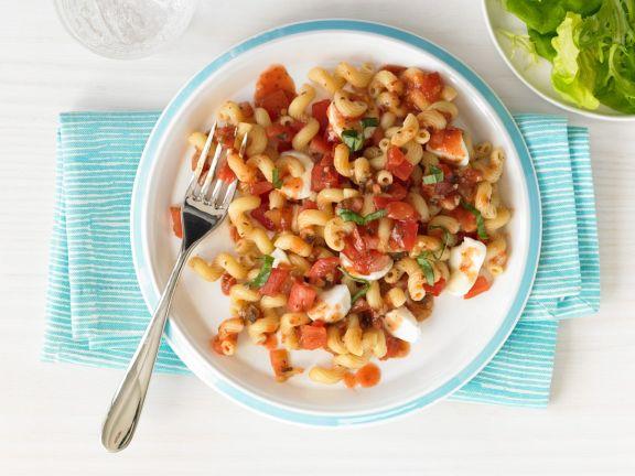 Nudeln mit Tomaten und Mozzarella