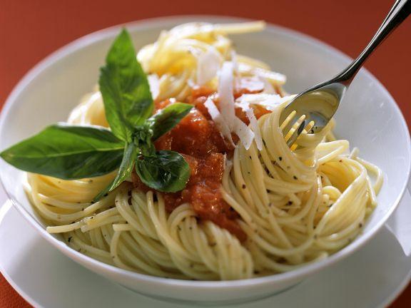 Nudeln mit Tomatensauce, Parmesan und Basilikum