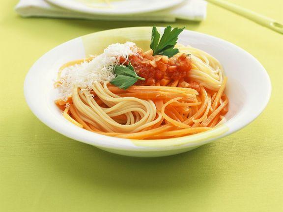 Nudeln mit Tomatensauce und Möhren