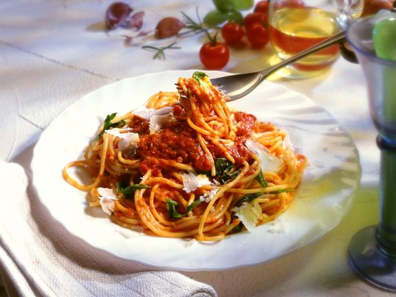 Nudeln mit Tomatensauce und Rucola