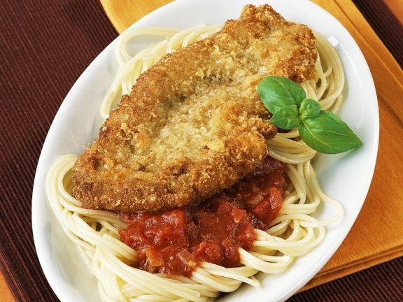 Nudeln mit Tomatensauce und Schnitzel