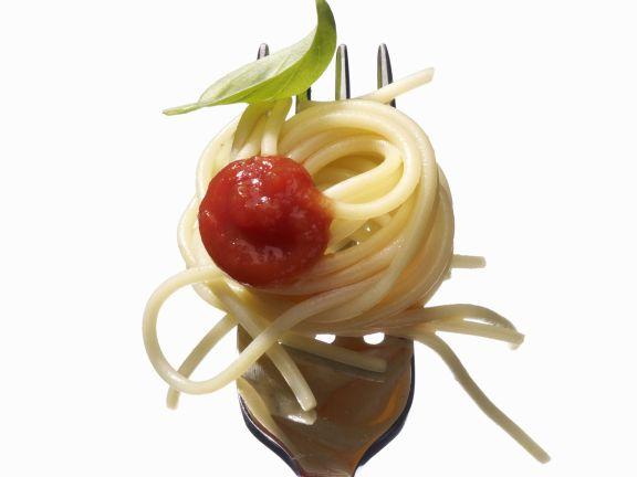 Nudeln mit Tomatensoße und Basilikum