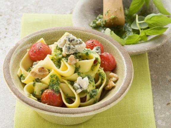 Nudeln mit Walnuss-Pesto und Blauschimmelkäse