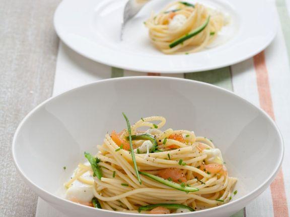 Nudeln mit Zucchini, Lachs und Mozzarella