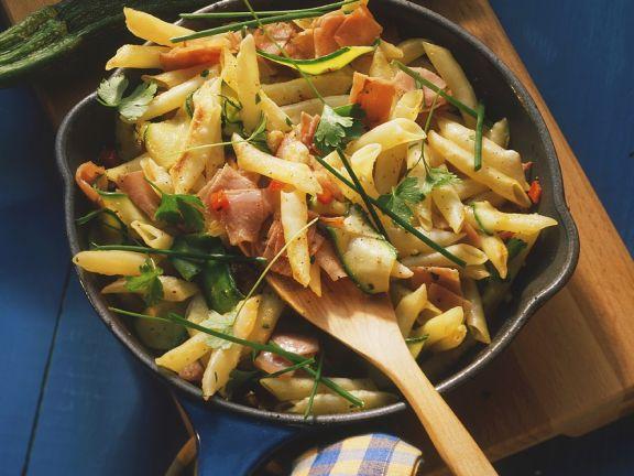 Nudelpfanne mit Schinken und Zucchini