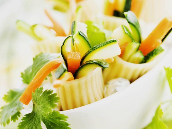 Nudelröllchen mit Gemüse gefüllt