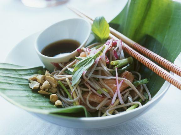 Nudelsalat auf asiatische Art mit Räucherlachs und Erdnüssen