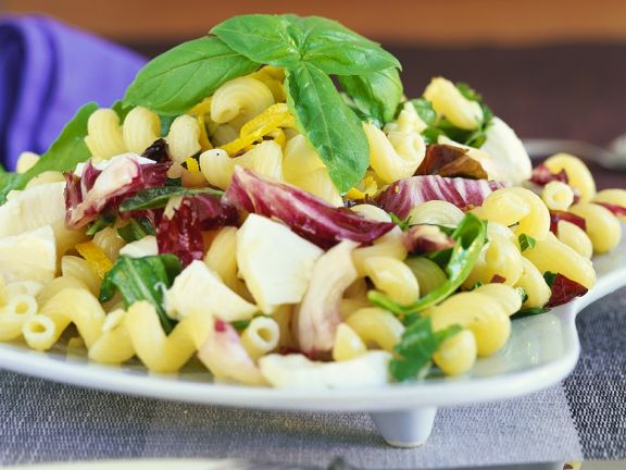 Nudelsalat mit Blattsalat mit Mozzarella