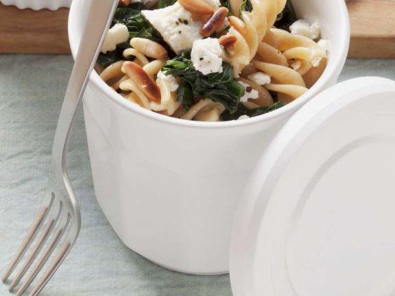 Nudelsalat mit Feta und Spinat
