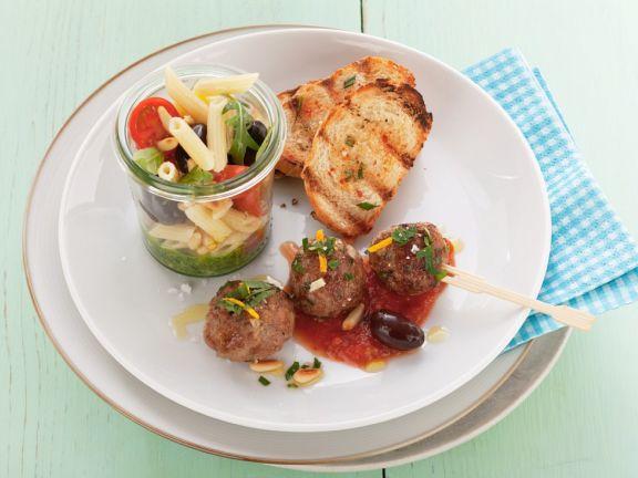 Nudelsalat mit Fleischbällchen und Tomatensauce