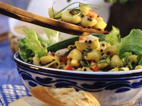 Nudelsalat mit Gemüse und Berglinsen