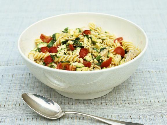 Nudelsalat mit Gemüse und Huhn
