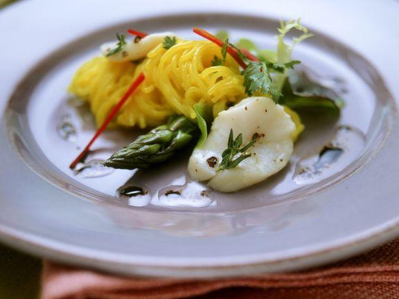 Nudelsalat mit grünem Spargel und Muscheln
