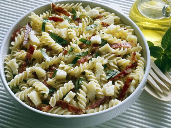 Nudelsalat mit Peccorino und Salami