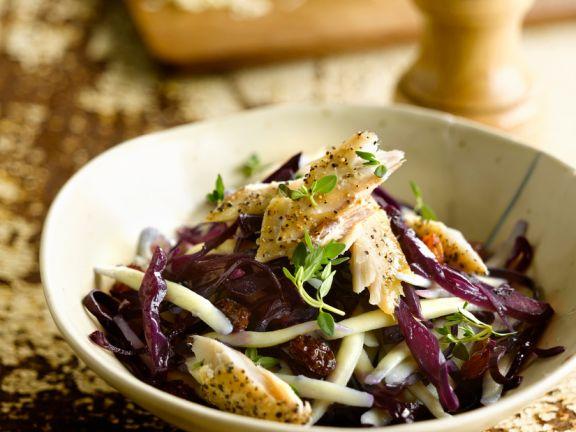 Nudelsalat mit Rotkohl und Räucherfisch