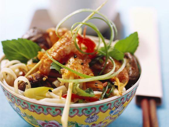 Nudelsalat mit Scampispießen auf asiatische Art