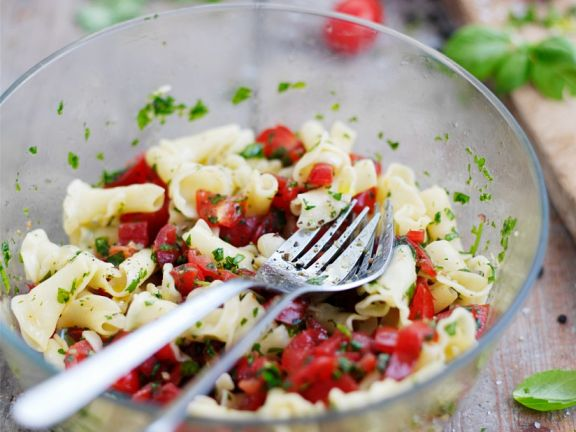Nudelsalat mit Tomaten