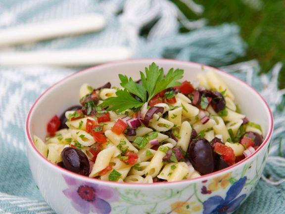 Nudelsalat mit Tomaten und Oliven (vegan)