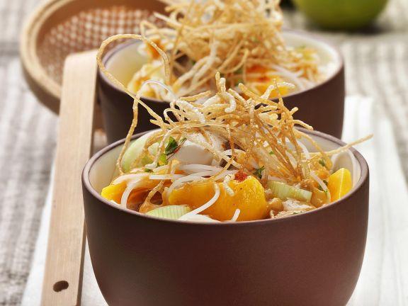 Nudelsuppe auf chinesische Art mit Zwiebel, Mango und knusprigen Nudeln