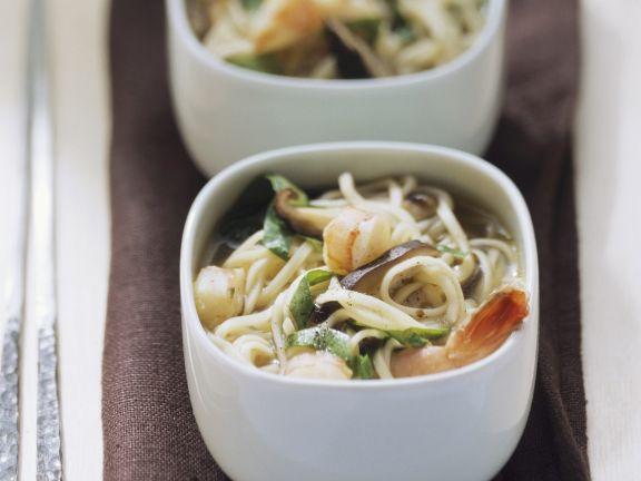 Nudelsuppe mit Shrimps, Spinat und Pilzen auf vietnamesische Art