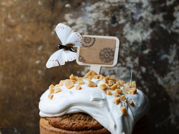 Nuss-Ahornsirup-Kuchen mit Sahne