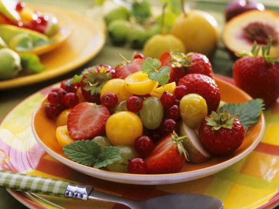 Obstsalat mit Mirabellen und Zitronenmelisse