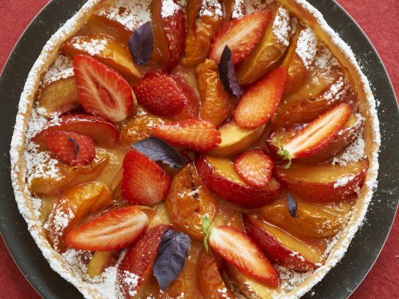 Obsttarte mit Pfirsich, Aprikose und Erdbeeren