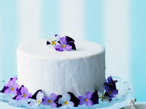 Österliche Torte mit Blüten