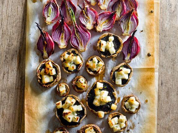 Ofengebackene Pilze und Zwiebeln mit Käse