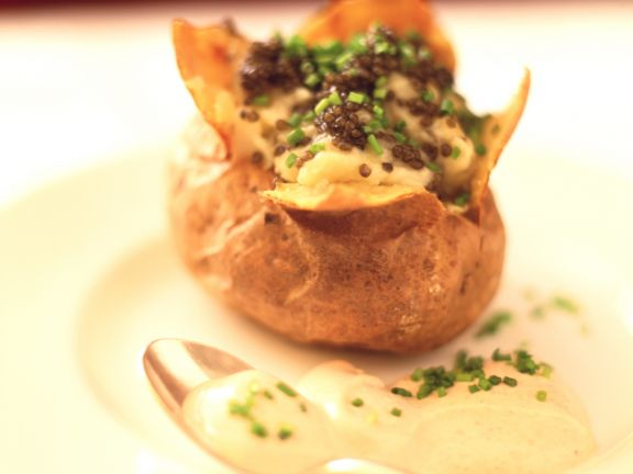 Ofenkartoffel mit Kaviar und Ei-Cremesauce