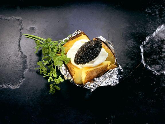 Ofenkartoffel mit Sauerrahm und Kaviarnocke