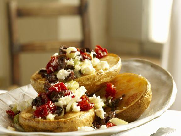 Ofenkartoffeln mit Tomaten-Oliven-Haube