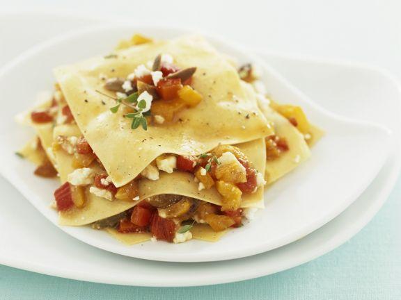 Offene Lasagne mit Paprika und Schafskäse