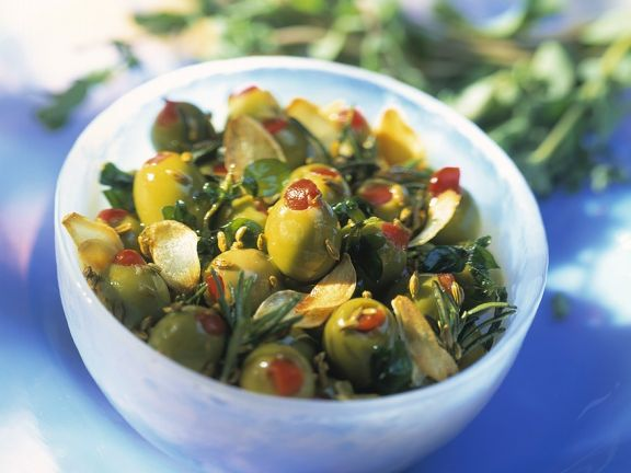 Oliven mit Knoblauch in Öl