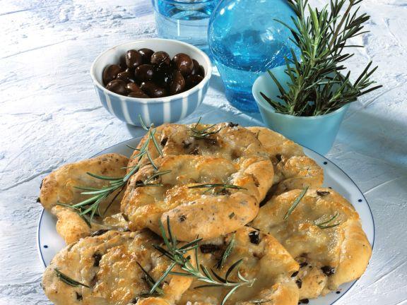 Oliven-Rosmarin-Pizzafladen mit Mozzarella