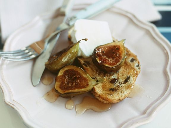 Olivenbrot mit Käse und Feigen