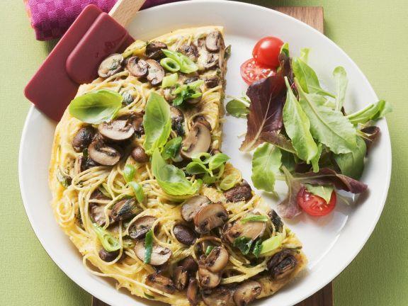 Omelett mit Nudeln und Pilzen